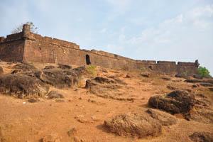 Камни перед входом в форт