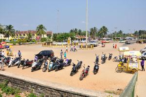 Автобусная остановка Колвы и автомобильная парковка рядом с пляжем