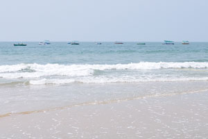 Спокойные волны пляжа Колва