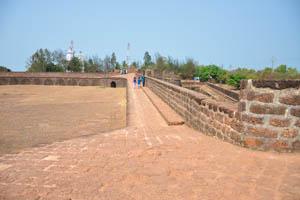 Широкие стены форта