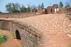 Индийские туристы на стене