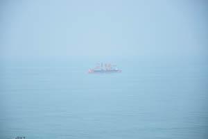 Огромный корабль в море