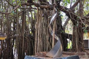 Металлическая скульптура у входа в форт