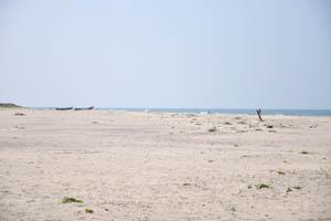 В полдень не очень много людей на пляже
