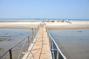 Мост из бара Осайба к морю