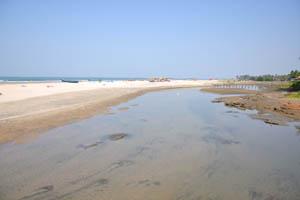 Мелкая речка на пляже