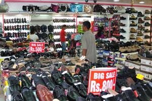 Внутри магазина обуви: распродажа обуви от 500 рупий до 800 рупий