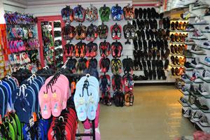 Магазин обуви: шлепанцы и кроссовки