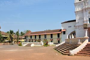 Двор перед церковью Святого Духа