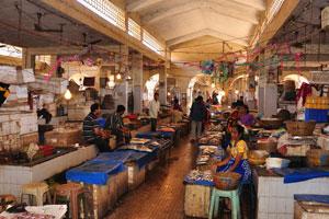 Рыбный рынок: розничные прилавки в крытом павильоне