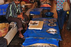 Рыбный рынок: скучающий продавец рыбы