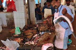Рыбный рынок: мужчина, который режет большую рыбу
