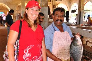 Рыбный рынок: моя жена и мужчина, который режет рыбу