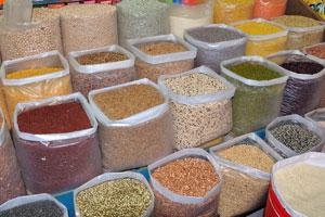 Рынок возле автовокзала Кадамба: огромный ассортимент зерна