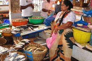 Рынок возле автовокзала Кадамба: каждая корзина с рыбой наполнена льдом