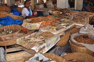 Рынок возле автовокзала Кадамба: продавщица сушёной рыбы