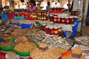 Рынок возле автовокзала Кадамба: четыре сорта сушёных креветок