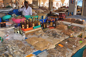 Рынок возле автовокзала Кадамба: еще один прилавок с сушёными креветками и сушёной рыбой