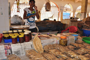 Рынок возле автовокзала Кадамба: молодая продавщица сушёной рыбы