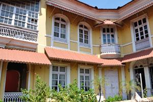 Дорога Абаде Фариа. Двухэтажное здание с португальским дизайном