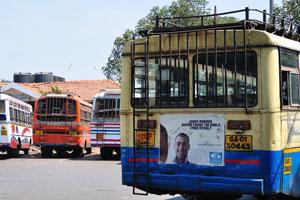Автобусная станция Кадамба. Реклама: Каждое утро, прежде чем увижу этот мир лицом к лицу, я встречаюсь с собой