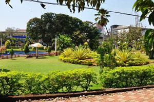 Городской сад Маргао: зелёный газон и агавы