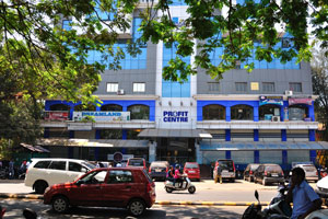 Центр Прибыли находится рядом с автобусной станцией Кадамба