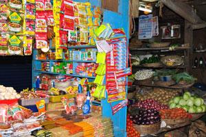 Новый рынок: небольшие продуктовые лавки с овощами и суповыми добавками