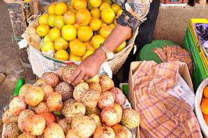 Новый рынок: продавец берёт кремовые яблоки в свои руки