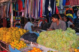 Новый рынок: зелёный и чёрный виноград, бананы и апельсины