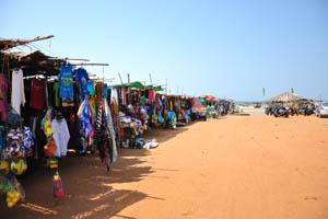 Путь к пляжу вдоль магазинов