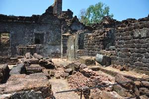 Руины комплекса св. Августина, тонкие кирпичи
