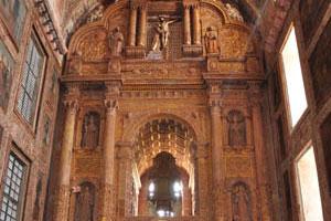 Церковь св. Франциска Ассизского, большая статуя святого Франциска Ассизского и Иисус на кресте