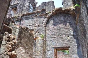 Руины комплекса св. Августина, высокие стены