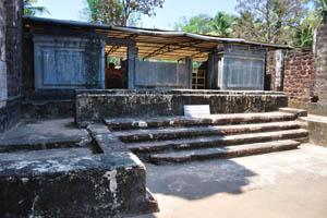 Руины комплекса св. Августина, главный алтарь посвящён матери Божьей благодати