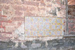 Руины комплекса св. Августина, фрагмент керамической плитки