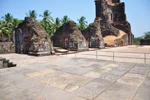 Руины комплекса св. Августина с видом на кокосовые пальмы