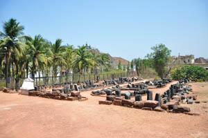 Руины комплекса св. Августина, множество древних строительных камней