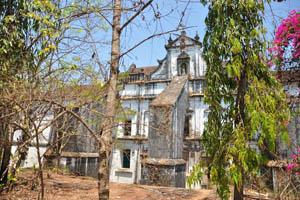 Белое здание монастыря святой Моники