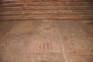 Церковь Девы Марии святого Розария, резьба на полу