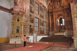 Стены сохраняют живописные панно с изображением сцен из жизни святого Франциска Ассизского