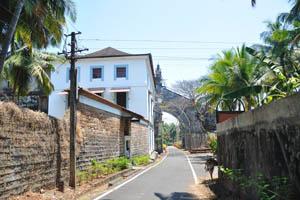 Дорога вдоль монастыря святой Моники