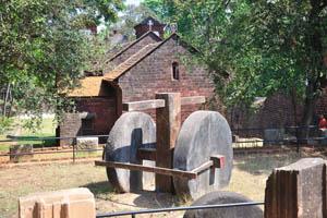 Деревянный крест и каменные колёса