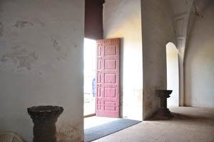 Церковь св. Франциска Ассизского, главная дверь открыта