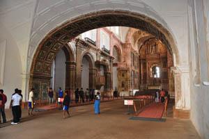 Церковь св. Франциска Ассизского, туристы внутри здания
