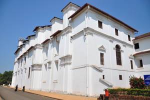 Белые стены Архиепископского дворца