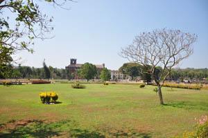 Огромная площадь среди церквей