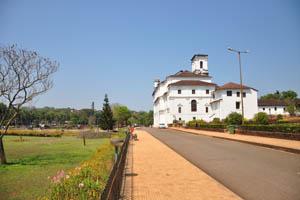 Дорога вдоль Архиепископского дворца