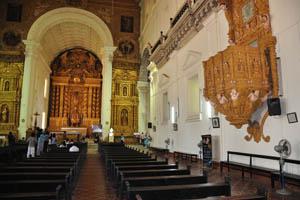 Базилика Бом Иисус, внутренний вид на алтарь