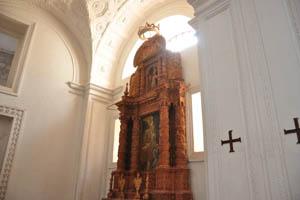 Церковь св. Каэтана, украшение с короной над ним